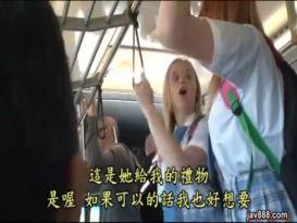 אוננות של צעירה חרמנית באוטובוס!