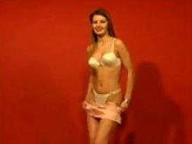 צעירה חמה מציגה גוף טוב!