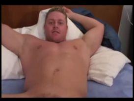 בחור חרמן אוהב לאונן על המיטה!