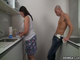 בחור חרמן דופק שמנה במטבח