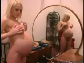 צעירה חמודה בהריון מאוננת נהדר בבית!