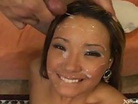 מיקו הצעירה השווה מציגה מציצה טובה!;