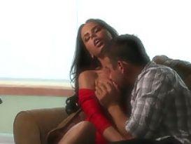 ברנדי אניסטון בשמלה אדומה ניקרעת על הספה