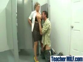 מורה עם שדיים ענקיים מקבלת סקס מהתלמיד שלה
