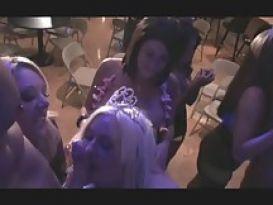 צעירה חרמנית במסיבת סקס שובבה!