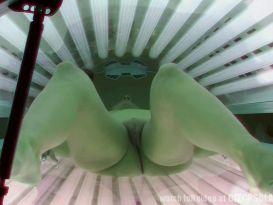 צעירה חרמנית בעירום נחמד על מיטת השיזוף!